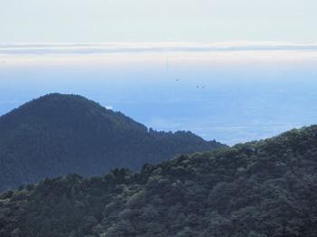 御岳平展望台から(日の出山とスカイツリー)).jpg
