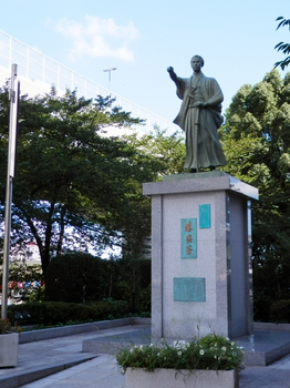 マルチマイクロ発電機照明(勝海舟像).JPG
