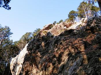 下から見る御嶽八幡神社.jpg