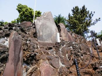 品川神社(富士塚六合目付近から見上げると).jpg