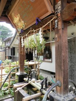 品川神社(手水舎と水かけかっぱ).jpg