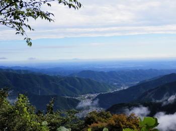 御岳平展望台から(朝もやと筑波山).jpg