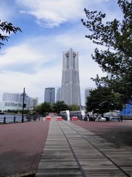 汽車道と横浜ランドマークタワー.jpg