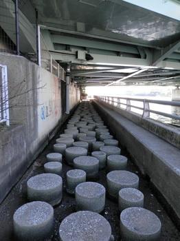 相生橋下の不思議な円柱.jpg