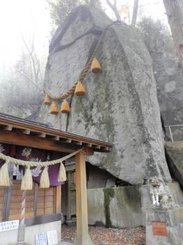 石割神社とご神体の大岩.jpg