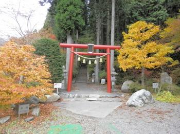 石割神社参道の赤い鳥居.jpg