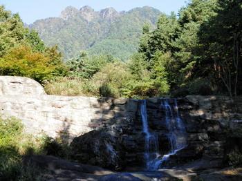 神鈴の滝と三ツ峠.jpg