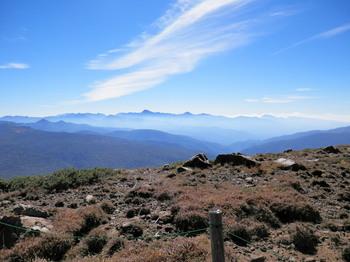 至仏山頂上手前から白根山方向.jpg