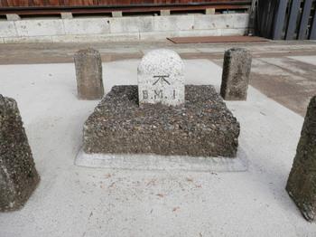 諏訪神社境内の水準点2.jpg