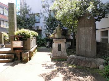 近藤勇像と墓所.jpg