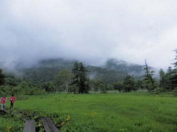 雨雲に覆われる至仏山.jpg